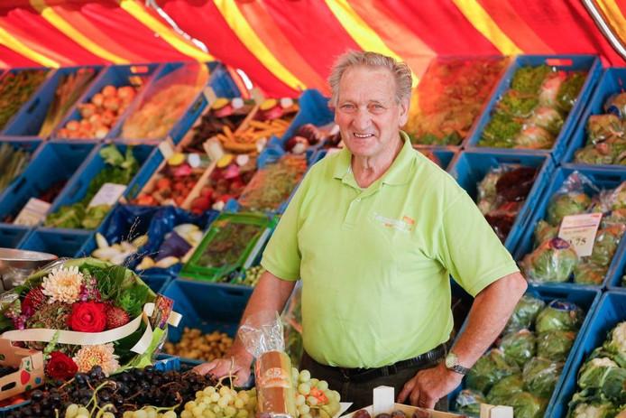 Krien Teunissen: 'De weekmarkt bestaat over twintig jaar nog steeds. Ik sta er al zestig jaar, de meeste supermarkten houden het zo lang niet vol.' foto Marcel Otterspeer/Pix4Profs