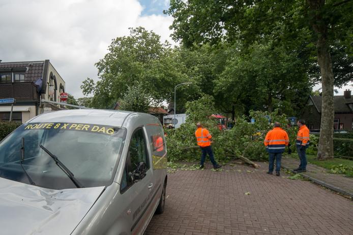 Op de Brinkersweg is door de storm een grote tak op een rijdende auto gevallen. Foto: Bram vd Biezen