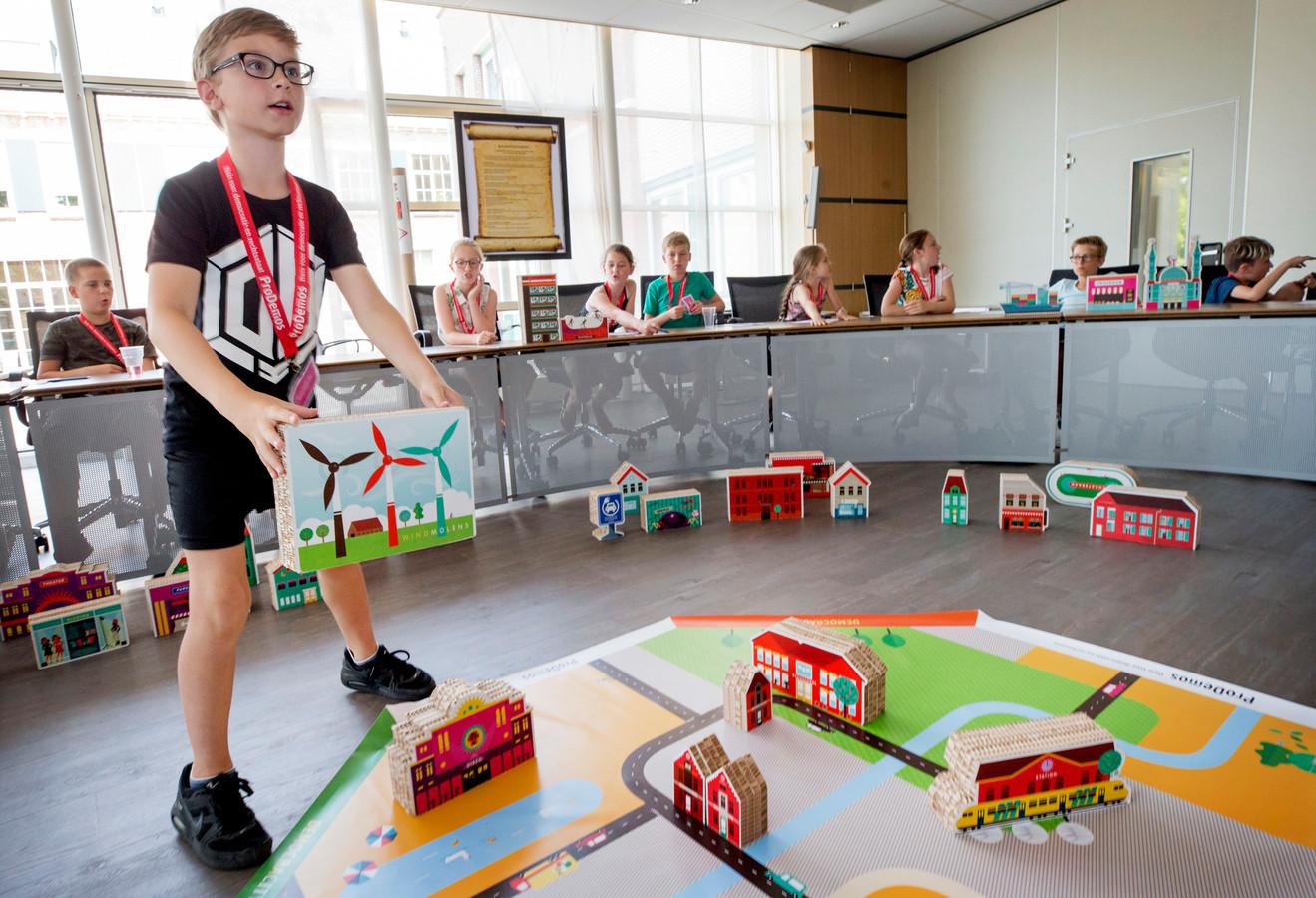 Kinderen van basisschool De Schoof spelen het educatieve spel Democracity.