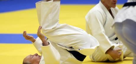 Poetin leeft zich uit op de judomat - en blesseert zijn vinger