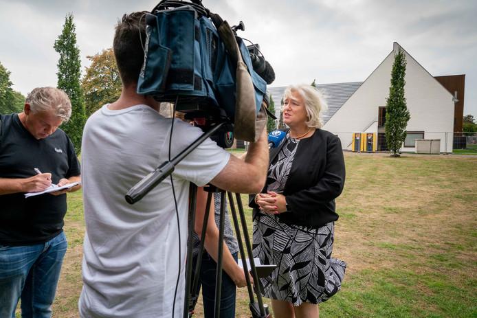 Burgemeester Marianne Schuurmans voor een draaiende camera, kort na de aanslag op het gemeentehuis in Bemmel vorig jaar.