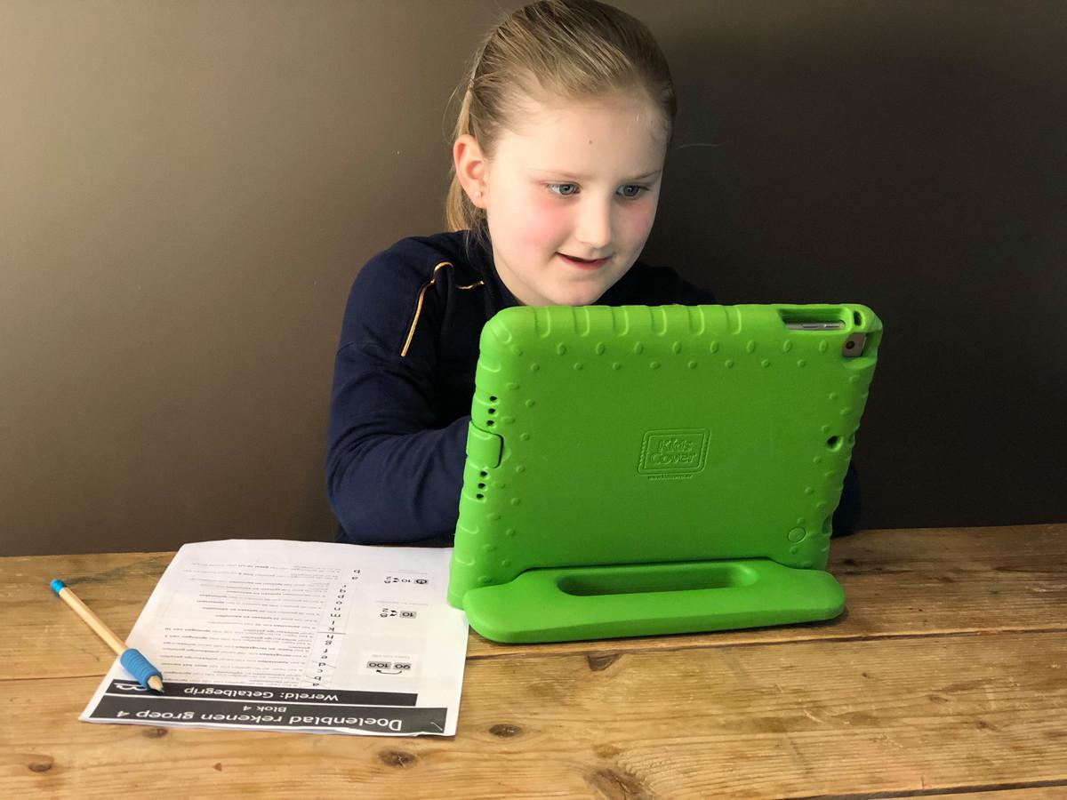 Loïs uit Mierlo kan door de coronacrisis niet naar school, maar werkt aan haar schoolopdrachten aan de keukentafel (lezersfoto).