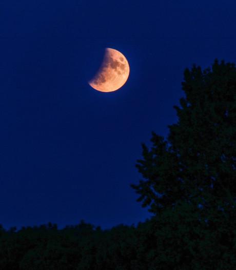 Gedeeltelijke maansverduistering levert mooie beelden op