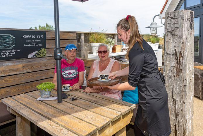 Bij De Heerenkeet in Kerkwerve werd er weer koffie op het terras geserveerd.