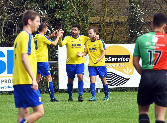 Sinan Coban (midden) maakte zondag een hattrick voor HVV'24.