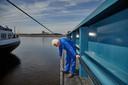 Schipper Teun van den Berg peilt hoe diep zijn schip ligt. Hij vaart met soja vanuit de Rotterdamse haven over de Rijn naar het Duitse Mainz. Bij het laden moet hij rekening houden met laag water.