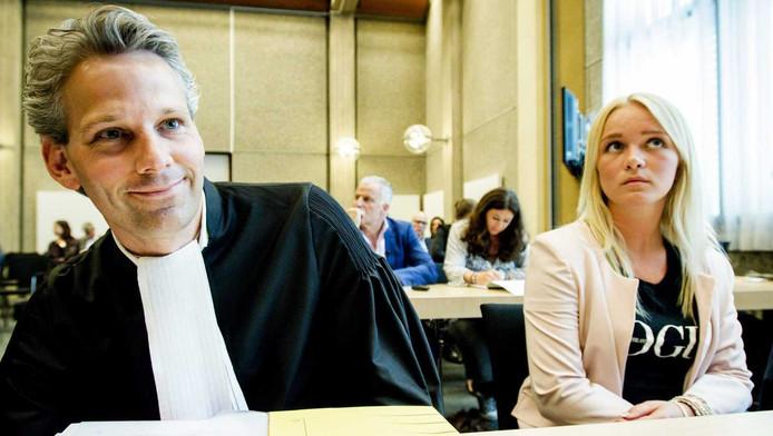 Chantal met haar advocaat.