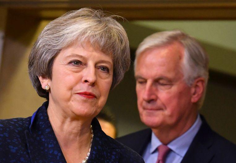 Links Brits premier Theresa May, rechts brexit-hoofdonderhandelaar Michel Barnier.