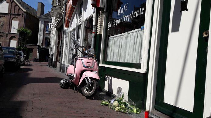 Daags na het incident liggen er bloemen voor het café waar de steekpartij plaatsvond.