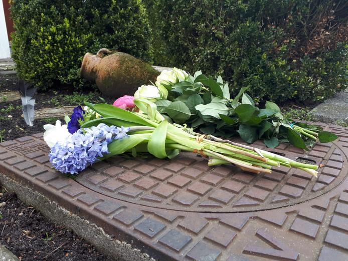 Er zijn bloemen neergelegd bij het huis van het slachtoffer in Mijdrecht.