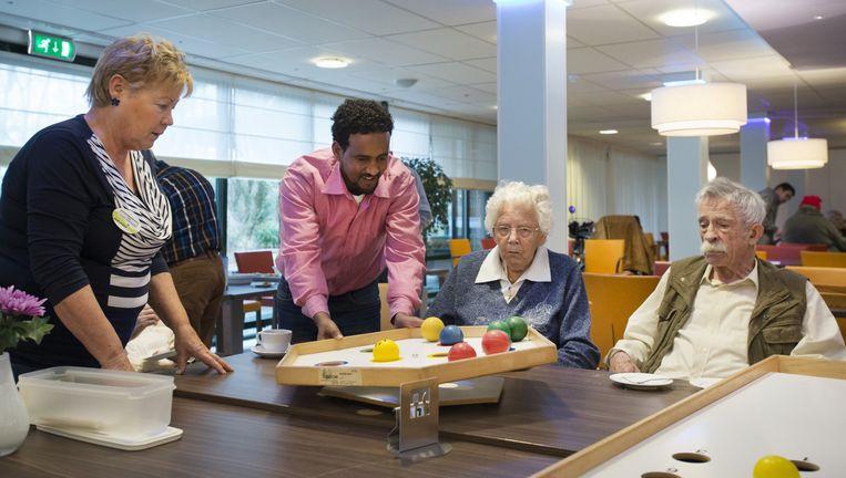 Vluchtelingen doen spelletjes met bewoners van het Utrechtse zorgcentrum Zuylenstede. Beeld anp