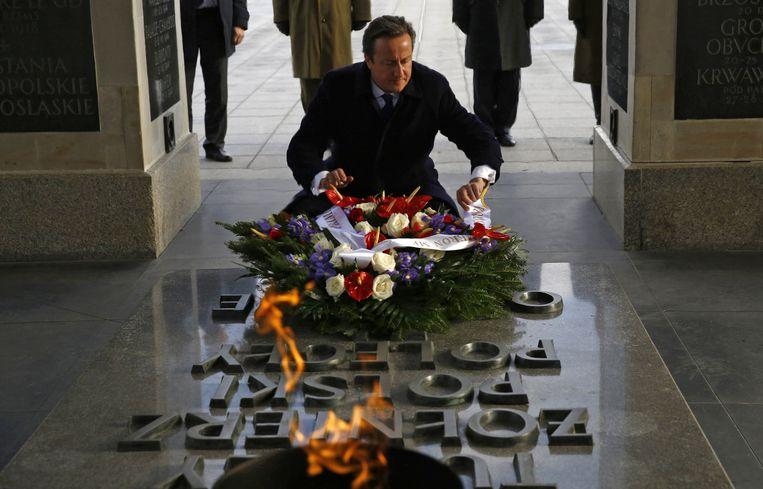 Cameron legt een krans bij het graf van de onbekende soldaat in Warschau tijdens zijn Oost-Europese tour Beeld reuters