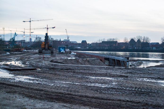 Onder andere aan de Oude Dokken is heel wat vervuilde grond afgegraven.