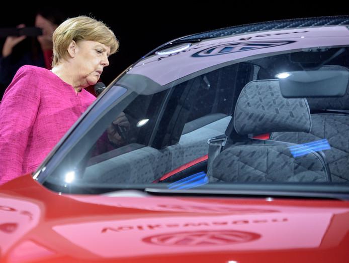 Bondskanselier Angela Merkel bekijkt een elektrische Volkswagen tijdens de Frankfurt Auto Show (IAA)