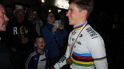 Wereldkampioen Remco Evenepoel als held onthaald in supporterscafé