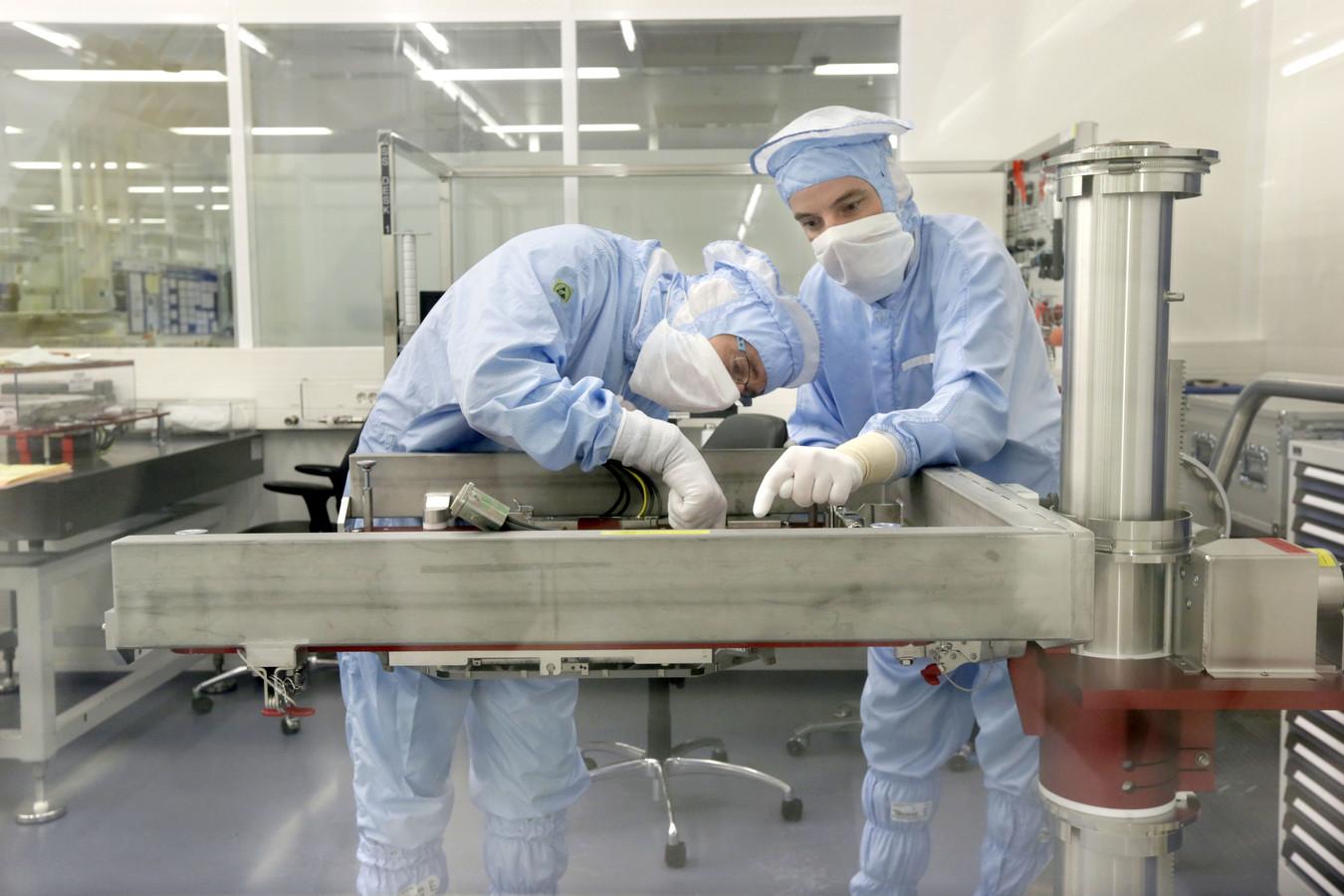 Werknemers in de cleanroom van chipmachinefabrikant ASML.