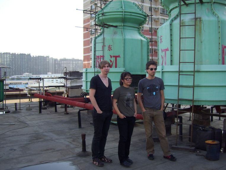 Monokino in Peking. Vlnr: George van Wetering, Yu Jin en Frans van Gastel. Beeld