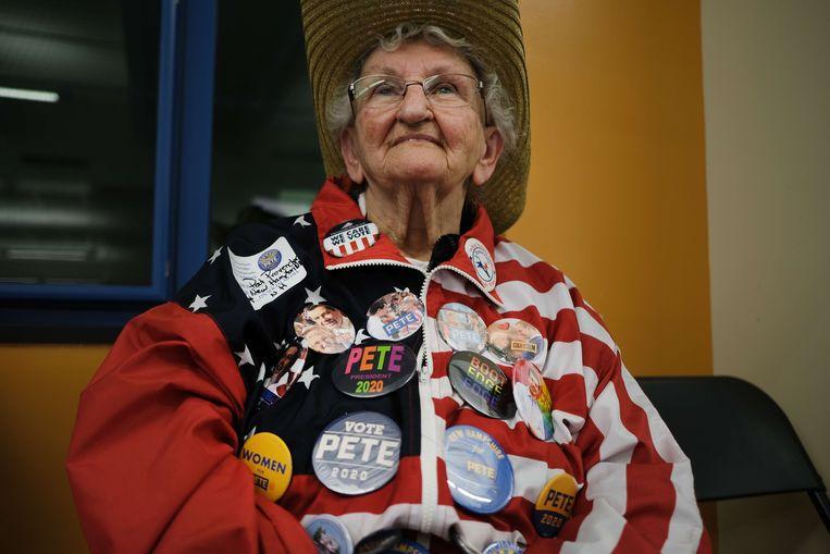 Een kiezer luistert naar presidentskandidaat Pete Buttigieg in Laconia, New Hampshire. Beeld null
