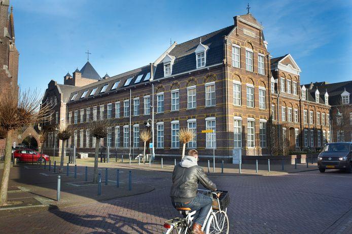 Het klooster van de Zusters Franciscanessen aan de Deken van Miertstraat .