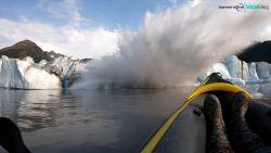 Kayakkers kijken naar natuurfenomeen maar worden dan verrast door een gigantische golf