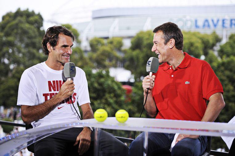 Mats Wilander (R) interviewt Roger Federer.