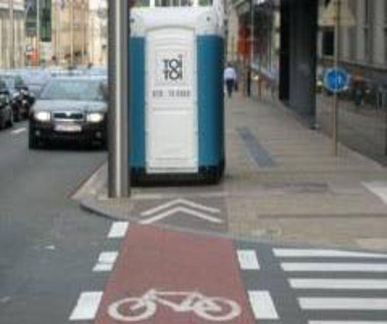 Hier werd een toiletcontainer midden op het fietspad geplaatst.