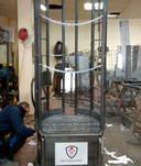 De metalen capsule is een meter breed, twee meter hoog en biedt plaats aan twee personen.