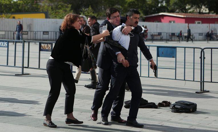 De dader van de mislukte aanslag op Can Dündar wordt overmeesterd. Beeld epa