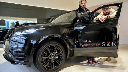 Regisseurs Adil en Bilall rijden rond met Land Rover uit garage in Zele