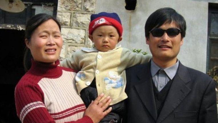 De Chinese activist Chen Guangcheng met zijn vrouw Yuan Weijing en hun kind. Beeld reuters