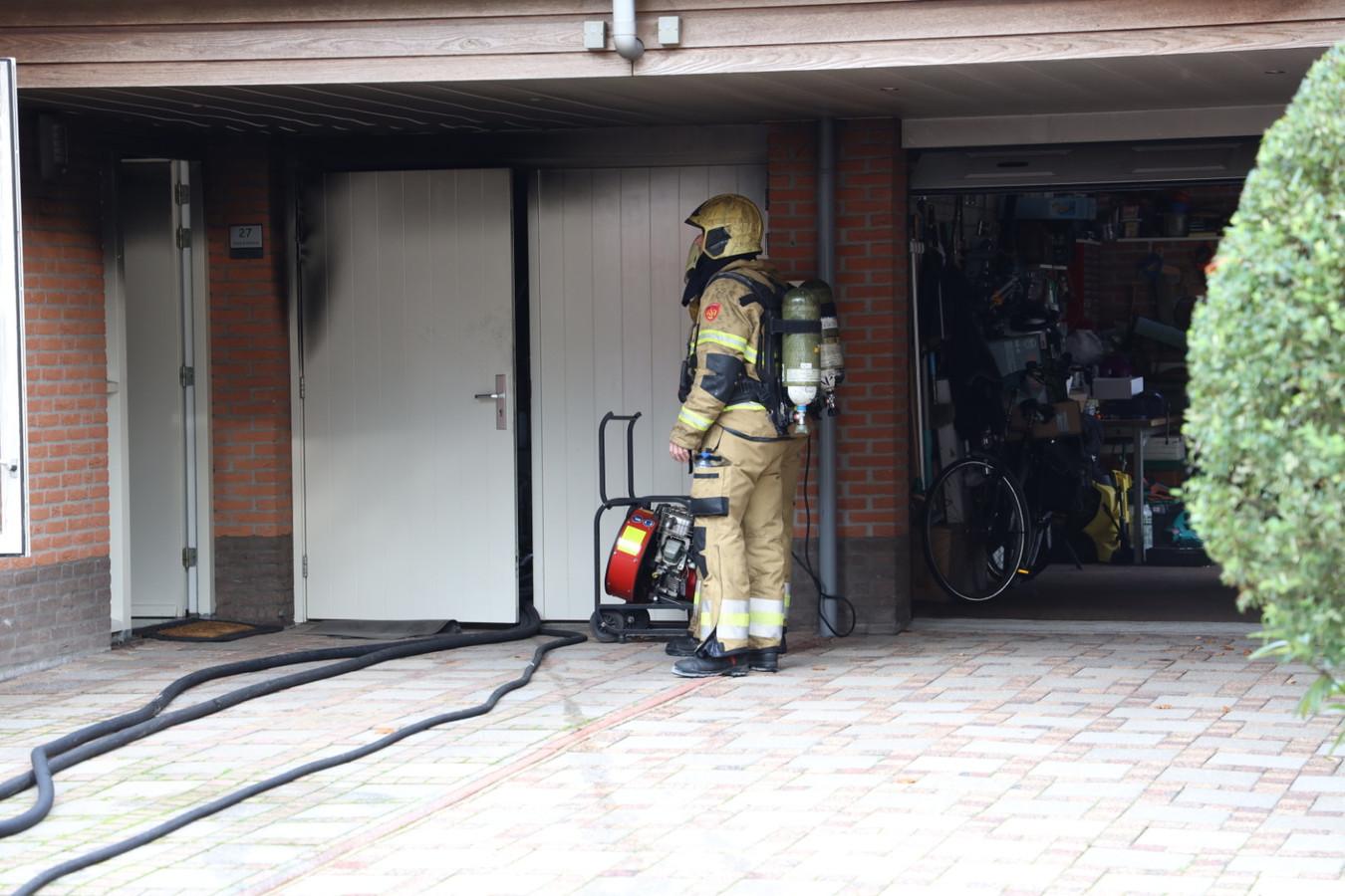 Een brand in een woning aan de Steenakker in Zeeland heeft vanmiddag het huis vol rook gezet.
