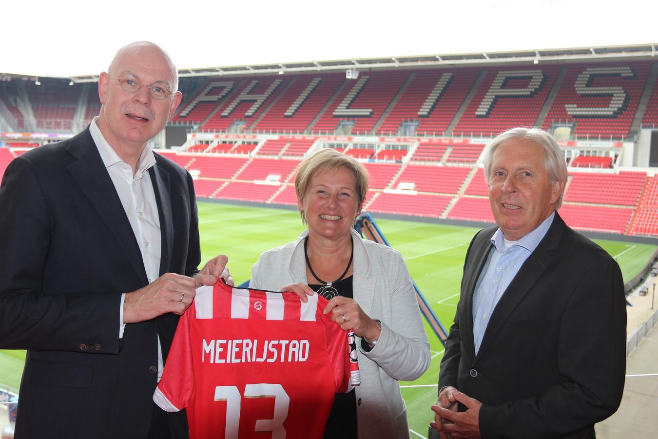 Sportwethouder Coby van der Pas van Meierijstad was eerder te gast in het stadion van PSV om de samenwerking met de PSV Foundation te tekenen. Links algemeen directeur Toon Gerbrands van PSV.