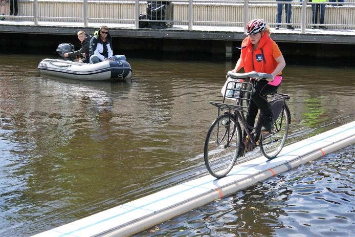 Koningsdag vorig jaar in Steenbergen. Zonder Genade op de Kade: met een fiets over een smalle balk boven het water.