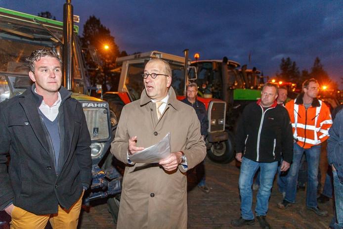 Burgemeester Theo Segers krijgt een petitie overhandigd tijdens een boerenprotest.