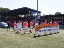 Indrukwekkend afscheid van Sandor Wijkamp op hoofdveld Longa: 'Hij was een echte teambuilder'
