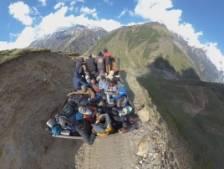 Un camion traverse une route de montagne (très) étroite chargé de touristes