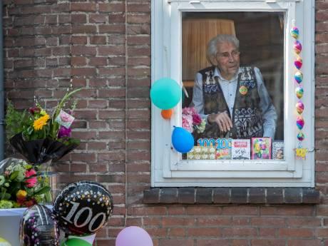 Opa de Grijff (100) dankzij talloze bloemen, kaarten en flessen wijn toch in feeststemming op verjaardag