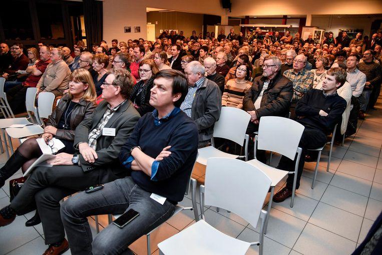 De infovergadering in Baasrode lokte vele nieuwsgierigen, maar kon de onzekerheden bij de inwoners niet echt wegnemen.