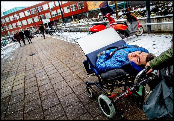 Niels-Jan wordt naar school gereden waar hij de les geschiedenis zal volgen.