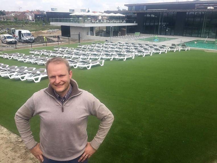 Elewin Werbrouck aan de ligweide. In de achtergrond zie je ook de parkbar en de buitenbaden.
