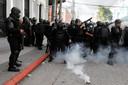De oproerpolitie gebruikte traangas om de demonstranten uiteen te drijven.