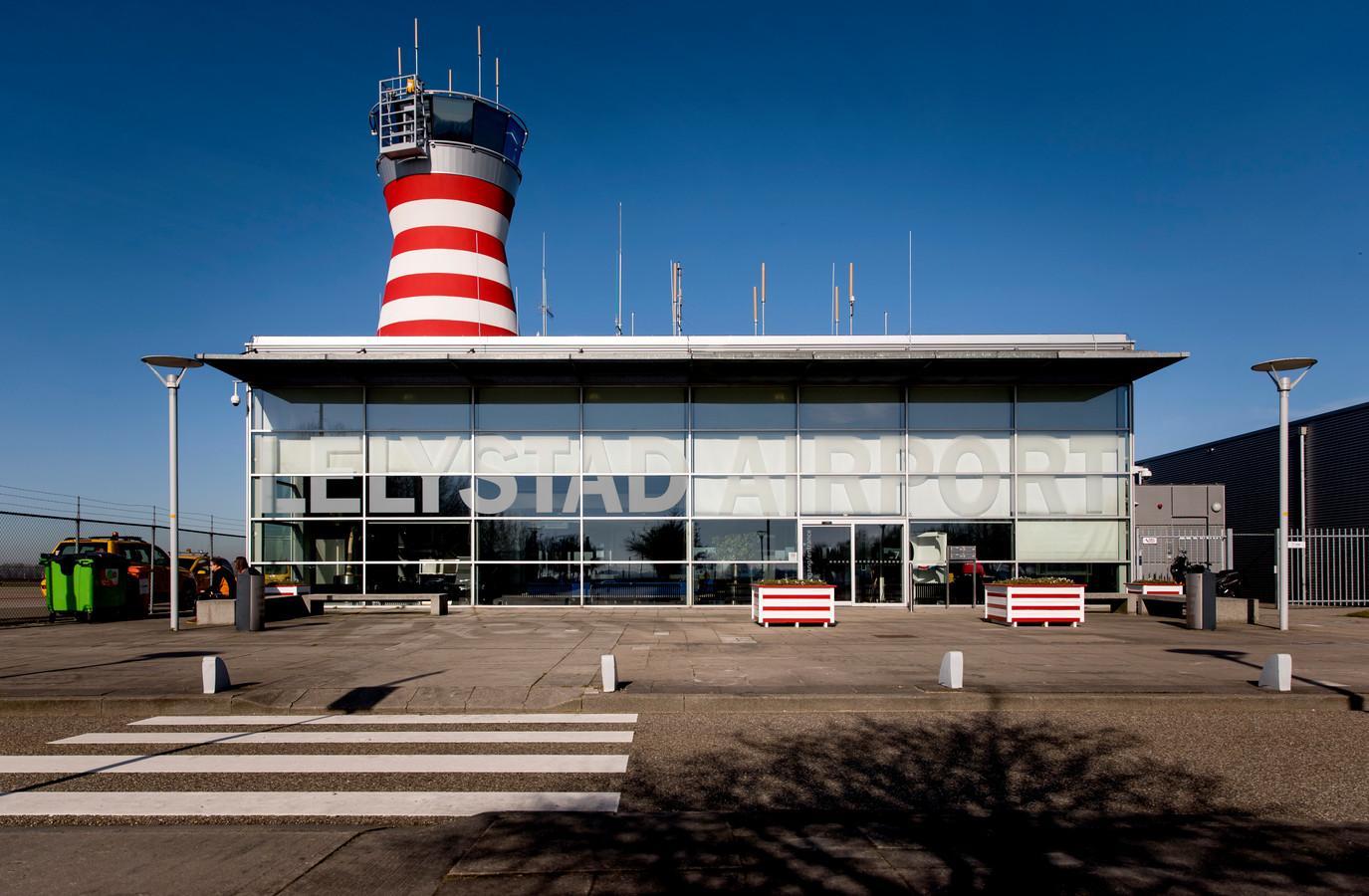 De verkeerstoren van Lelystad Airport wordt vanaf begin november in gebruik genomen door luchtverkeersleiders.