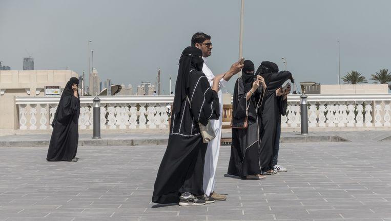 Vrouwen en een man bij de soek in Doha, de hoofdstad van Qatar. Beeld Harry Cock / de Volkskrant