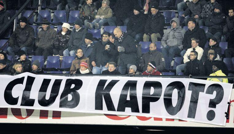 Feyenoord-fans zijn boos. Na de nederlaag voerde de ME charges uit. Foto ANP Beeld