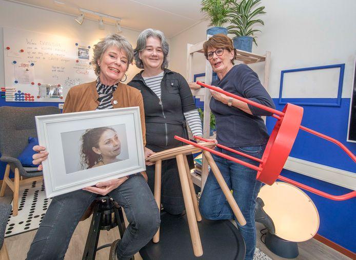 Marja de Pundert, Martine Dobbelaar en Willy Dobbelaar in het TEJO-huis in Goes ten tijde van de verhuizing.