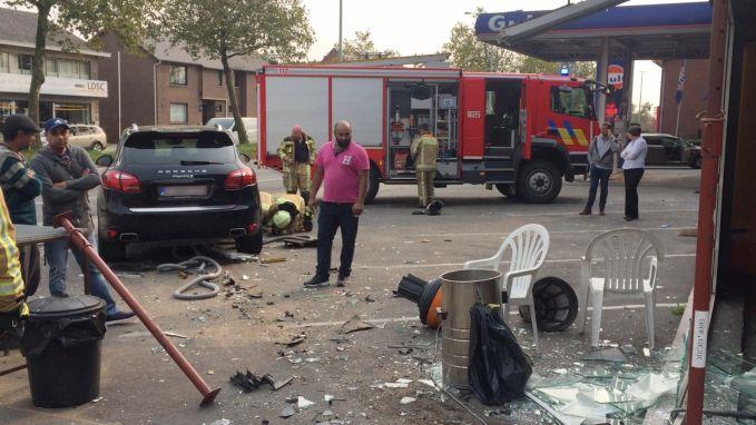 Man ramt gevel carwash met Porsche van klant