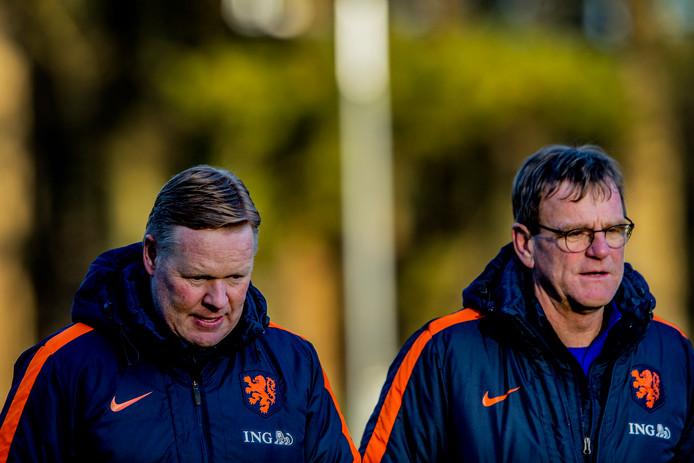 Bondscoach Ronald Koeman met zijn assistent Dwight Lodeweges.