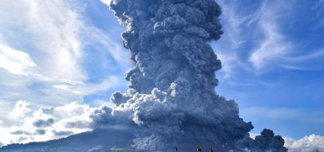 Indonesische vulkaan spuwt kilometershoge aswolk uit
