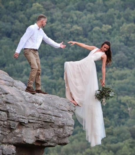 Ils posent sur le bord d'une falaise pour leur séance de photos de mariage