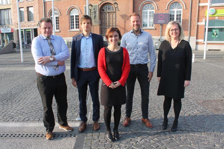 Burgemeester Irina De Knop (midden) samen met (vlnr.) schepen Yves De Muylder (CD&V), Hendrik Schoukens (Groen), Johan Limbourg (Open VLD) en Heidi Elpers (CD&V).